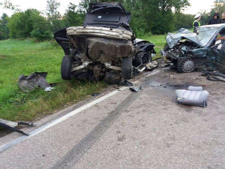 Jak podaje asp. Krzysztof Zielonka z KP PSP w Augustowie, w pojazdach zakleszczonych było 4 podróżnych. Niestety, na miejscu zginęły dwie osoby - kierujący
