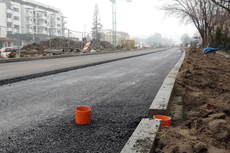 Montaż oświetlenia to nie jedyne prace, jakie możemy zaobserwować na Szosie Chełmińskiej. Równolegle trwają prace związane z przebudową podziemnej infrastruktury