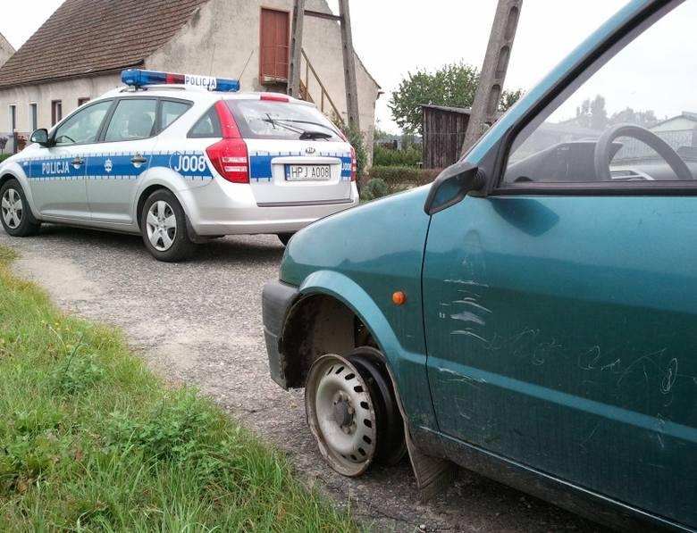 Dyżurny komendy policji w Oleśnie odebrał  telefoniczne zgłoszenie , że w lesie na drodze z Olesna do Kolonio Biskupskiej jedzie fiat cinquecento, którego