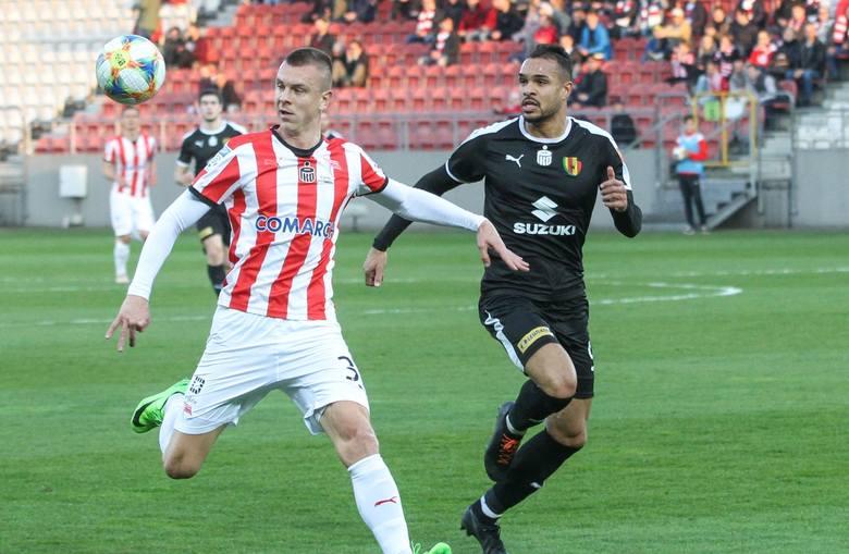 Piłkarze Korony Kielce byli blisko remisu w meczu z Cracovią w Krakowie ale ostatecznie przegrali 1:2 po decydującej bramce straconej z rzutu karnego
