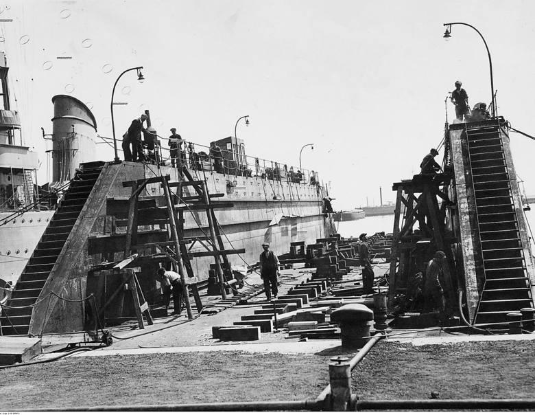Budowa pływającego doku w Porcie Marynarki Wojennej w Gdyni. Rok 1938