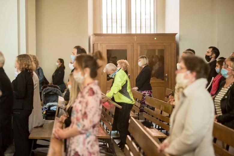 Wierni mogą uczestniczyć w nabożeństwach bez ograniczeń, ale muszą tam nadal zasłaniać usta i nos.