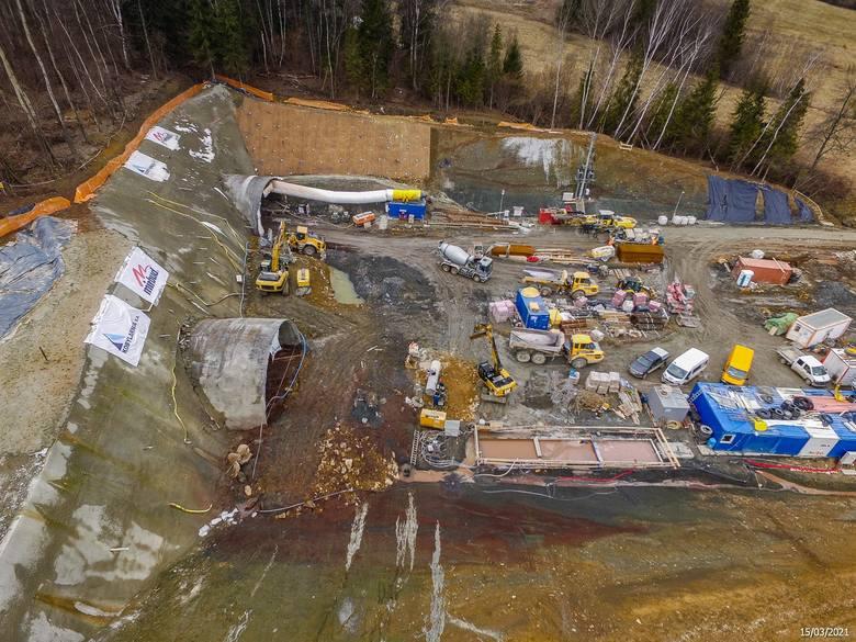 Zdjęcia z placu budowy beskidzkiej drogi ekspresowej S1 wykonane w marcu tego roku. Zobacz kolejne zdjęcia. Przesuwaj zdjęcia w prawo - naciśnij strzałkę