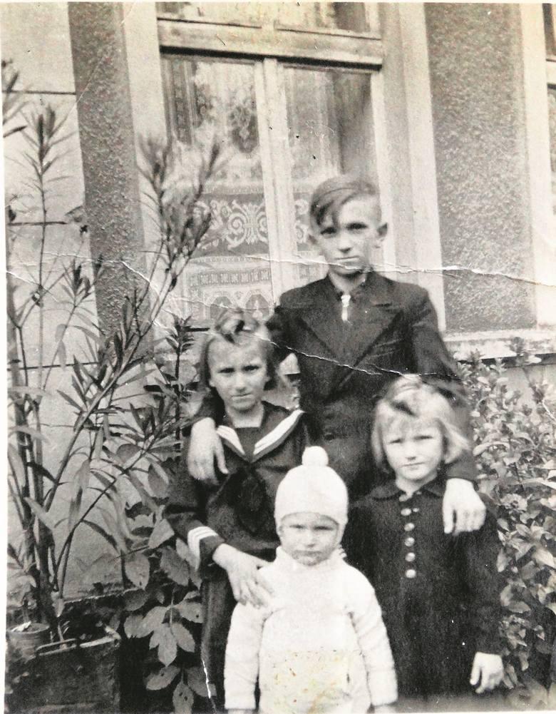 Mały Janek Bukowski ze starszym rodzeństwem - Adolfem, Ireną i Marią. Zdjęcie z 1942 r. zanim Janka zabrano do Potulic.<br />