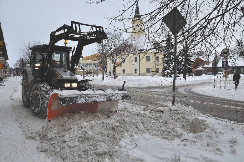 Mimo pojawienia się na drogach pługów, śnieg i wiatr robiły swoje. Drogi natychmiast pokrywała świeża warstwa śniegu.