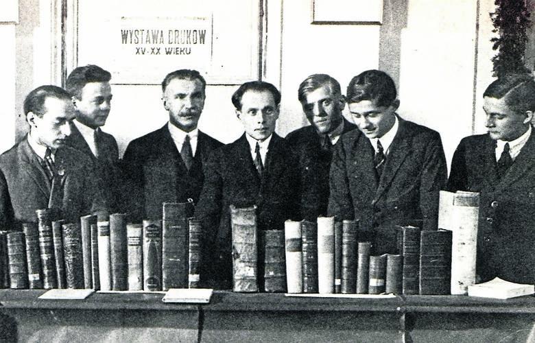 Zygmunt Lorentz (czwarty od lewej) wykładał na wydziale humanistycznym łódzkiego oddziału Wolnej Wszechnicy Polskiej. Kiedy wybuchła wojna, został sekretarzem