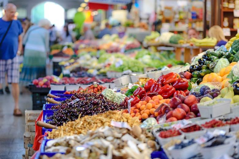 Po kolejnych skargach klientów, że w wielu sklepach zagraniczne warzywa i owoce są sprzedawane jako polskie Urząd Ochrony Konkurencji i Konsumentów zlecił