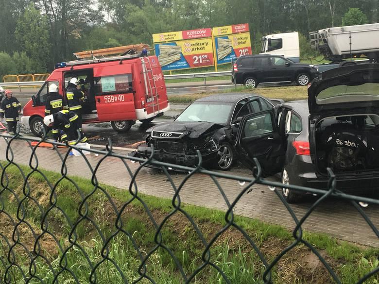 Dziś przed południem na drodze krajowej w Babicy doszło do wypadku, w którym ranna została 1 osoba. Jak ustaliła policja, ford focus skręcając w lewo