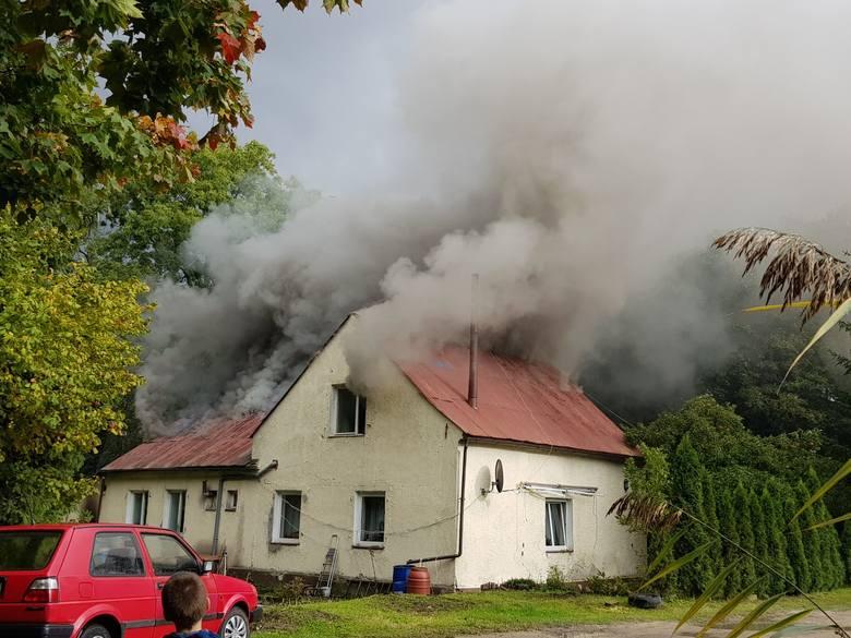 W poniedziałek (7 października) około godziny 14 doszło do pożaru w domu jednorodzinnym przy ulicy Bałtyckiej w Słupsku. Na miejscu pracuje straż pożarna.