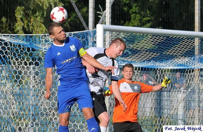 Przed rokiem piłkarze Kotwicy (niebieskie stroje) ulegli w finale na swoim boisku Bałtykowi Koszalin