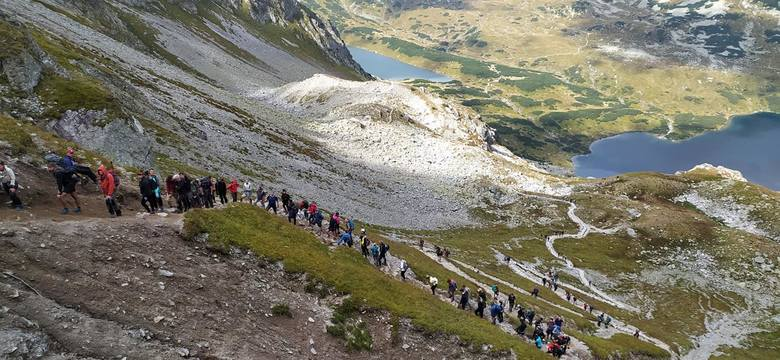 Kolejka na szlaku z Pięciu Stawów na Szpiglasową Przełęcz