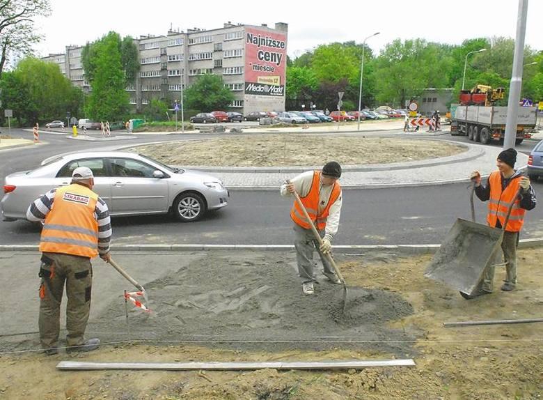 Budowniczowie oddali do użytku rondo na skrzyżowaniu ulic Zawadzkiego, Ptasiej i Wyszyńskiego. Na rondzie prowadzone są obecnie prace kosmetyczne oraz