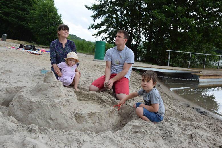 Rodzina Szczecińskich, czyli pani Kasia i pan Arek z dziećmi: Szymonem i Antoniną wakacje często spędzają w Drezdenku. Po raz pierwszy byli jednak na kąpielisku w Zagórzu i spodobało się im