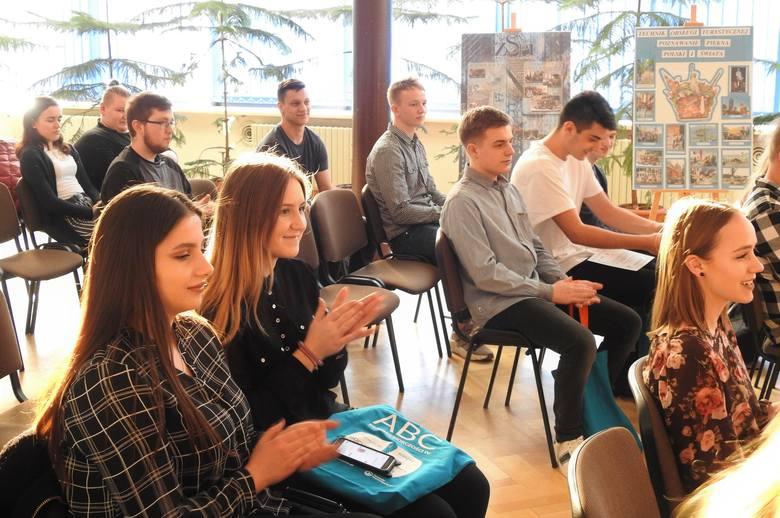 """Trzydziestu uczniów """"Prymasówki"""" poznało podstawy ekonomii i przedsiębiorczości (zdjęcia)"""