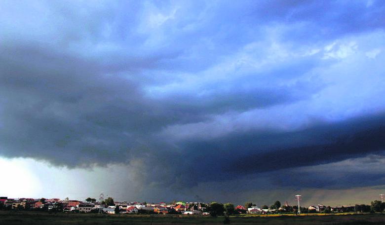 Wał bądź łuk burzowy, czyli cumulonimbus arcus. Pojawia się pod wypiętrzonymi chmurami burzowymi i potęguje grozę zjawiska. W czasie przejścia tego wału, gwałtownie narasta prędkość wiatru!