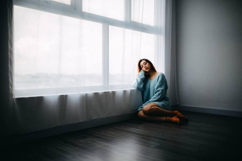 Niepokój, stany depresyjne, stany lękowe. Te objawy mogą towarzyszyć zarówno przy niedoczynności, jak i nadczynności tarczycy.  Szczególnie takie stany