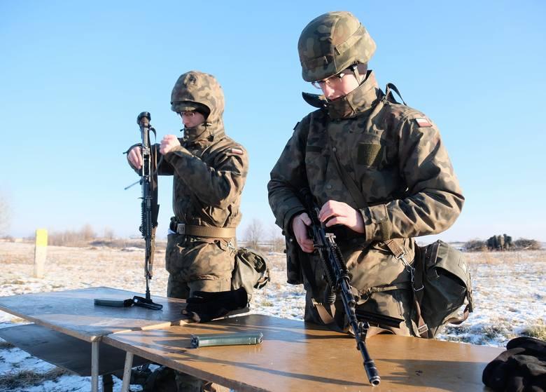 Egzamin praktyczny żołnierzy Obrony Terytorialnej w Buszkowiczkach koło Przemyśla.