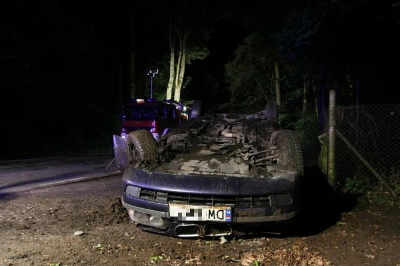 Wrocław: Wypadek na Marszowickiej. BMW dachowało (ZDJĘCIA)