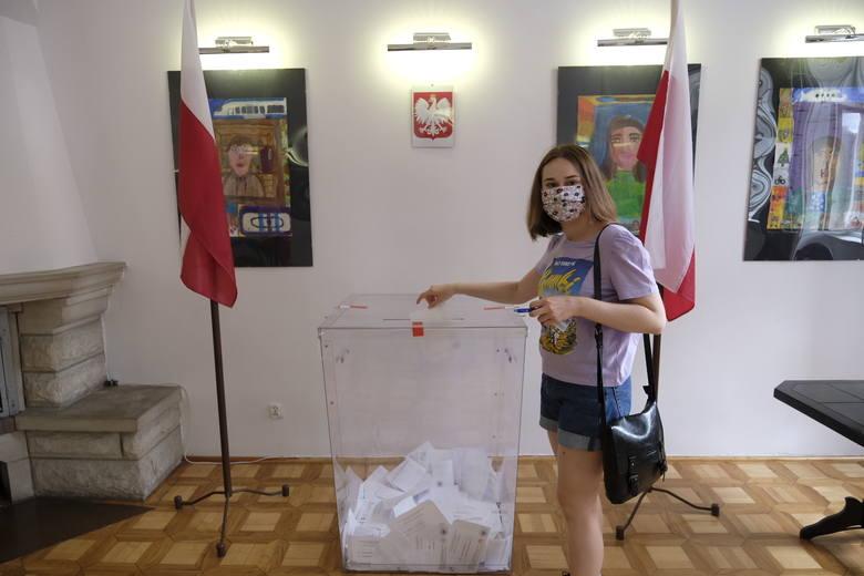 Wybory prezydenckie 2020. Tak głosują torunianie w lokalach na Starym Mieście [ZDJĘCIA]
