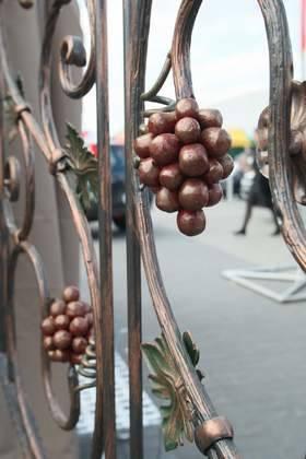 Kiść winogron na balustradzie przywodzi na myśl ciepłe śródziemnomorskie klimaty.