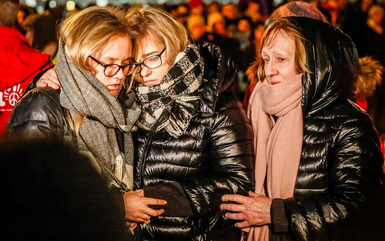 Największe serce świata dla Pawła Adamowicza zostało ułożone ze zniczy na placu Solidarności w Gdańsku. Na zdjęciu żona i córka Pawła Adamowicza