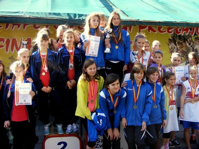 Kilkaset biegaczy i biegaczek z całej Opolszczyzny rywalizowało w Starym Oleśnie w wojewódzkich mistrzostwach w biegach przełajowych 8 x 800m.