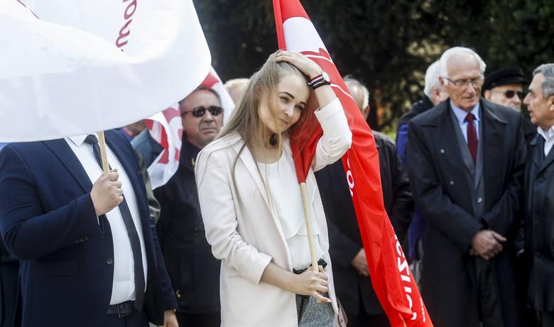 Uczestnicy manifestacji i pochodu pierwszomajowego spotkali się na placu Ofiar Getta w Rzeszowie, skąd przeszli przed Pomnik Walk Rewolucyjnych przy