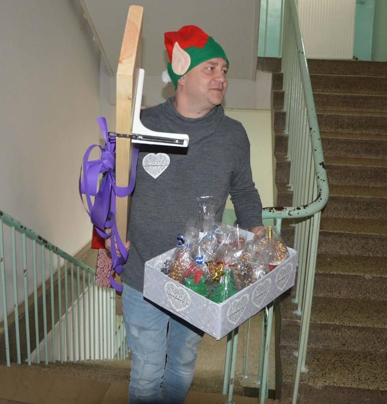Święty Mikołaj odwiedził małych i dużych pacjentów łowickiego szpitala [ZDJĘCIA]