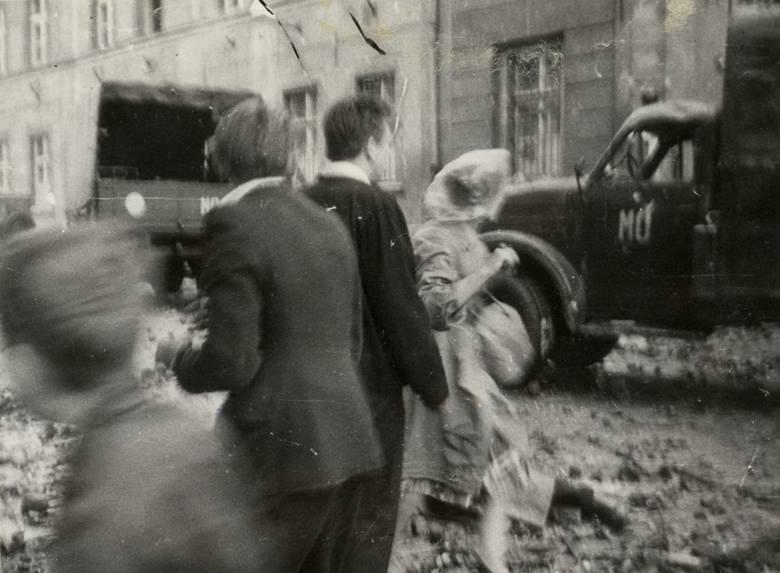 Znaczna część wydarzeń rozegrała się na ulicy Kasprowicza, przed siedzibą Komendy Miejskiej Milicji Obywatelskiej. Tam płonęły także milicyjne samochody.