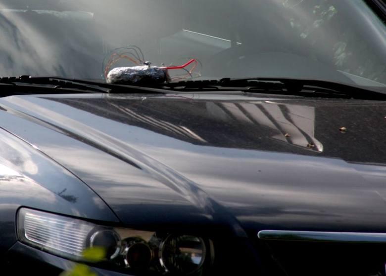 Tajemniczy pakunek na masce samochodu