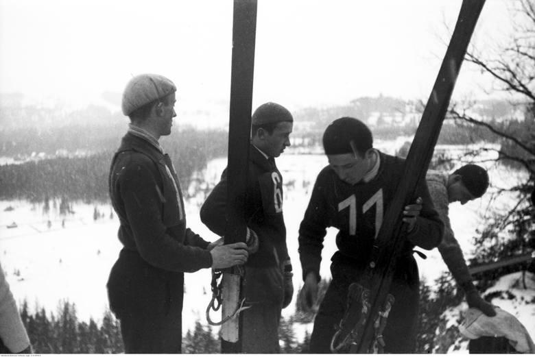Konkurs skoków narciarskich w Zakopanem. Skoczkowie uczestniczący w konkursie.