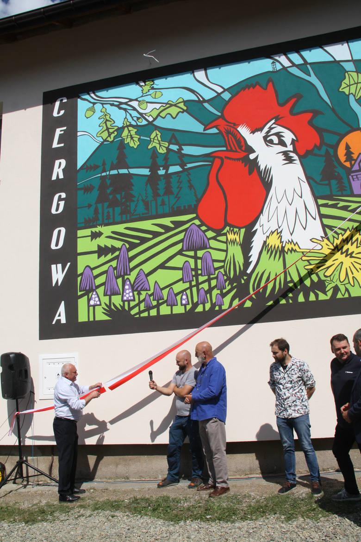 Mural z kogutem wita turystów w Cergowej. Wielkie malowidło powstało na ścianie Domu Ludowego [ZDJĘCIA].