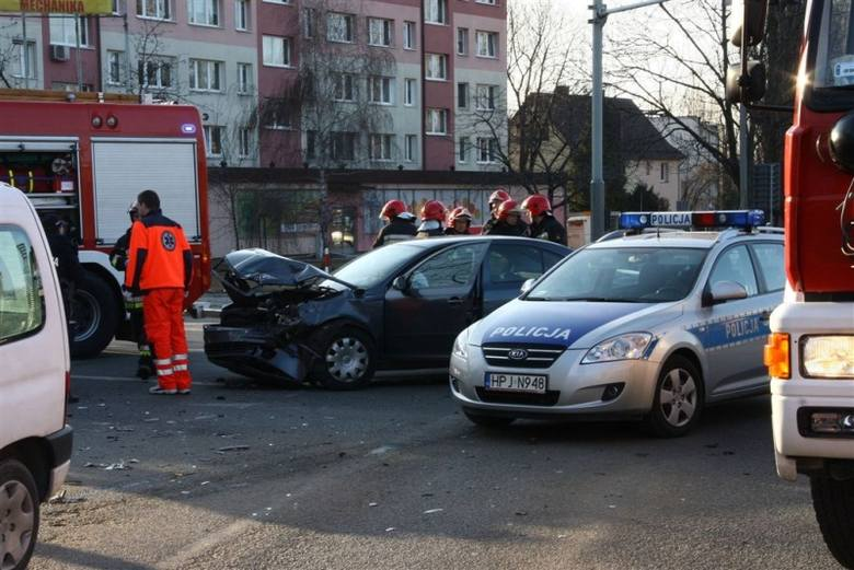 Citroen berlingo i skoda octavia zderzyły się na skrzyżowaniu ulic Batalionów Chłopskich i Oleskiej.
