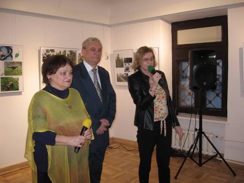 Autorzy prac: Izabella Mosańska i Maciej Surma zaprosili na wystawę. Powitała gości Anna Skubisz - Szymanowska.