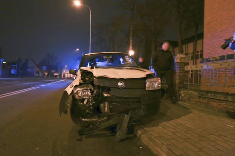 Autor: (pij)Do zderzenia doszło w środę 9 marca późnym wieczorem na skrzyżowaniu ulic 1 Maja i Długiej.Kierujący volkswagenem polo, skręcając w ul. Długą,