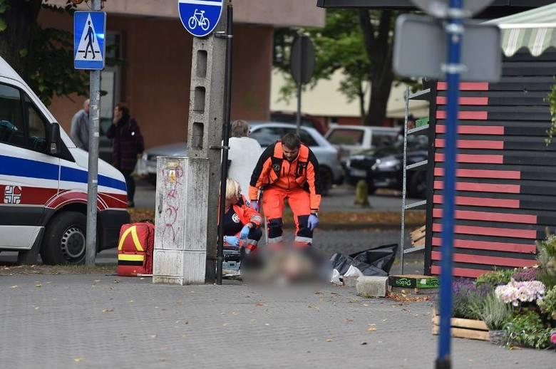 Do zdarzenia doszło we wtorek, 17 września przed godz. 9 rano. Leżącego na chodniku mężczyznę zauważyło przejeżdżające obok samochodem małżeństwo.