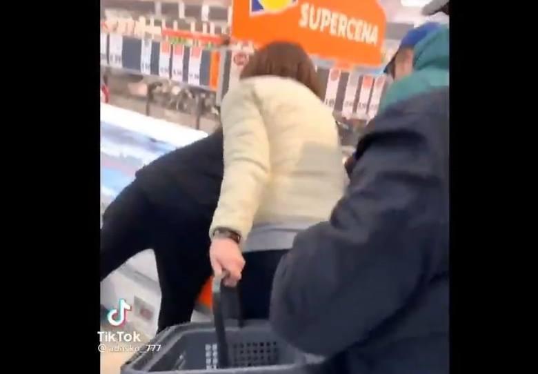 W mediach społecznościowych został opublikowany film, na którym widać przepychanki przy zamrażarkach. Według mediów sceny zostały nagrane w Lidlu. Celem