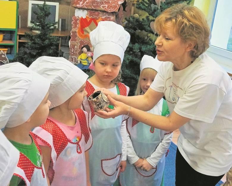 Dzieci poznały przyprawy dodawane do piernikowego ciasta.