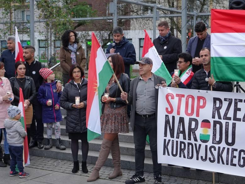 """""""Stop Ludobójstwu Kurdów"""" - pod tym hasłem Era Kobiet oraz KOD zorganizowały w Koszalinie manifestację. - Domagamy się podjęcia działań na arenie międzynarodowej,"""