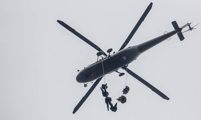 Policyjni antyterroryści ćwiczyli dziś w Zaczerniu koło Rzeszowa. Do akcji użyty został śmigłowiec.W ćwiczeniach, które trwają już od wtorku udział biorą