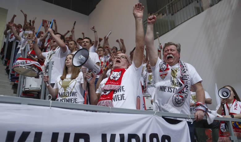 W Nysie odbył się finał Pucharu Polski siatkarek. Developres Rzeszów przegrał z Chemikiem Police 2:3. Zobaczcie zdjęcia rzeszowskich kibiców i z dekoracji