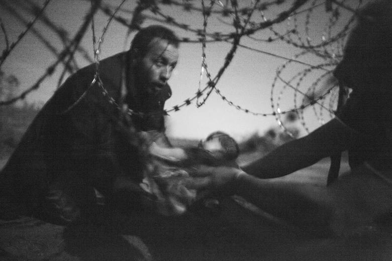 Zdjęciu Roku 2015 - Fotografia uchodźcy z małym dzieckiem została wykonana na przejściu granicznym między Serbią a Węgrami.