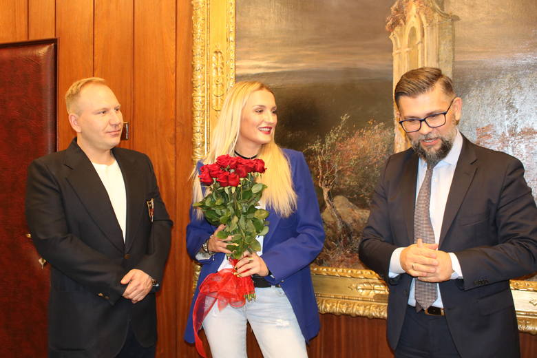 Magdalena i Dariusz Malaczyńscy z firmy Indigo Nails przekazali czek na 58 tys. zł dla szpitala Matki Polki