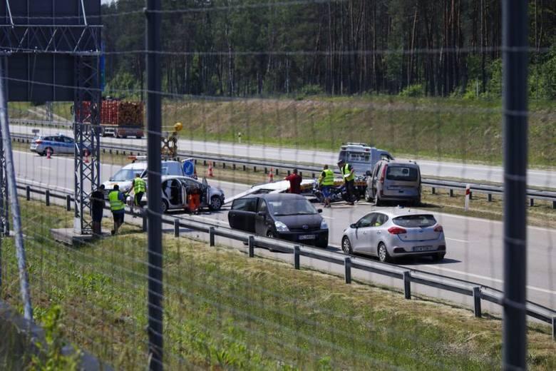 Po godzinie 8 doszło do poważnego wypadku na autostradzie A1 w rejonie zjazdu z drogi S8. Utrudnienia trwały do wczesnych godzin popołudniowych.Na autostradzie