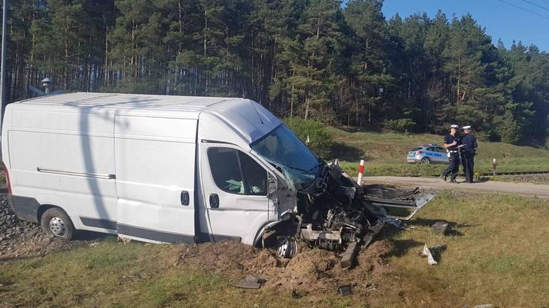 SKM-ka uderzyła w samochód na przejeździe. Do wypadku doszło w Kiełpinie. Kierowca jest w szpitalu