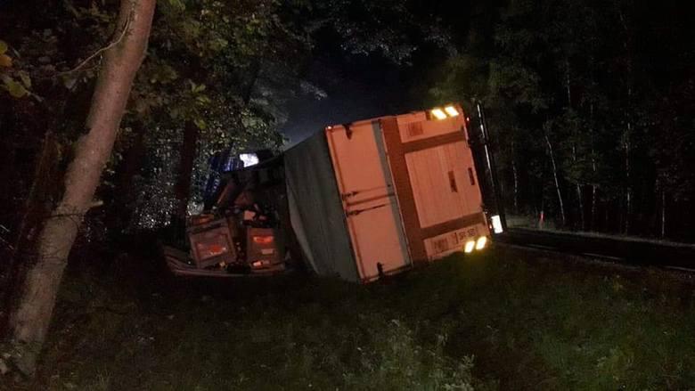 Ciężarówka wpadła nocą do rowu przy drodze krajowej numer 9 w Skaryszewie. Pomoc drogowa stawiała ją na koła [zdjęcia, wideo]
