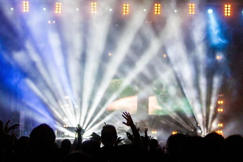 <strong>Bilet na koncert</strong><br /> Jeżeli preferujecie muzykę na żywo, to wybierzcie się wspólnie na koncert swojego ulubionego zespołu. <br />