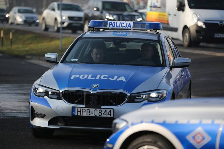 Pijany kierowca z sądowym zakazem kierowania pojazdami rzucił się do ucieczki, gdy drogówka chciała go zatrzymać za zbyt szybką jazdę. Pościg na DK 1o