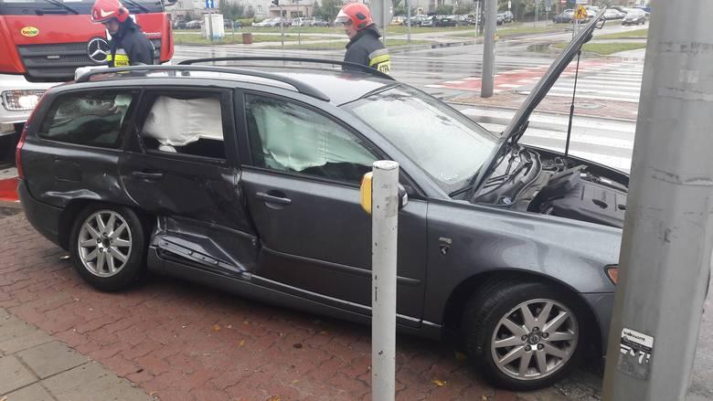 Wypadek na skrzyżowaniu Żeromskiego i Pułaskiego w Białymstoku. BMW na czerwonym świetle staranowało volvo. Sześcioletnie dziecko trafiło do szpital