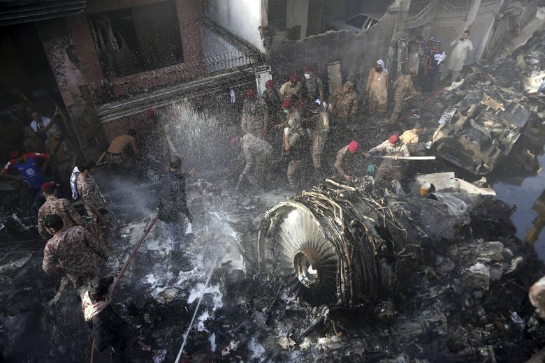 Samolot pasażerski rozbił się w zamieszkałej dzielnicy Karaczi. Co najmniej kilkadziesiąt osób zginęło.